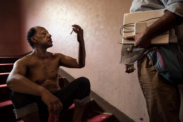 Darren discute avec Peter, missionné par la mairie pour reloger certains résidents. Darren s'est battu cette nuit, sa lèvre supérieure est fendue. Le mur faisant face à sa chambre est constellé de petites taches de sang.  Mars 2017.