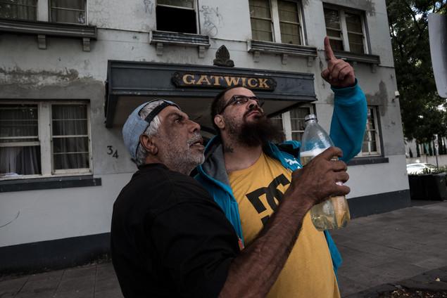 Deux personnes extérieures au Gatwick attendent devant l'entrée le jour du festival de Saint-Kilda. Pour Rose et Yvette, les problèmes viennent souvent de non-résidents qui gravitent autour de l'entrée.  Février 2017.