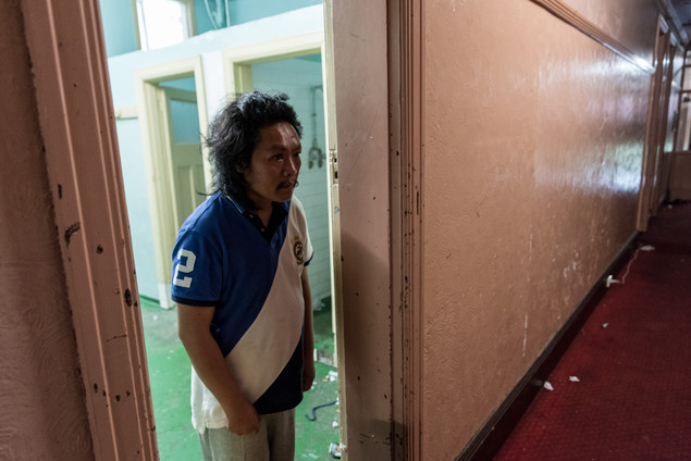 Lam, 38 ans, Australien d'origine vietnamienne, a passé 2 ans au Gatwick qu'il qualifie d'extrême : «tout va vite au Gatwick». Il a quitté l'hôtel en avril, mais y reviendra jusqu'à la fermeture.  Janvier 2017.