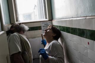 Allan et Yvette viennent de découvrir un trou dans le plafond des toilettes. Chaque matin va avec son lot de surprises. Les accros au crystal meth. détruisent souvent miroirs, toilettes, murs. Avril 2017.