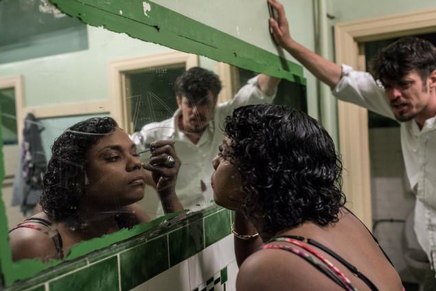 Tiani, 31 ans, aborigène du Queensland, se prépare dans l'une des salles de bains communes pour sortir. Elle est hébergée chez des amis au Gatwick. Une histoire familiale compliquée l'a amenée à Melbourne. Le Gatwick est sa nouvelle  «famille», où elle a «peut-être la jeunesse qu'[elle n'a] jamais eue». Elle a été mère à 16 ans, ses 3 enfants sont actuellement avec leur grand-mère.  «Ici, on peut oublier le monde extérieur».  Décembre 2016.