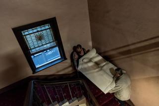 Mickael, le gardien de nuit, et Troy montent un canapé dans une chambre. Yvette et Rose ont décidé de rafraichir les chambres vides avec les moyens du bord. Pour Rose, « c'est un peu comme déplacer des transats sur le Titanic, mais je veux qu'il s'en aille de façon convenable ».  Juin 2017.
