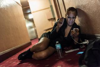 Charleze, 50 ans, 2 ans au Gatwick, attend dans le couloir pour charger son téléphone. Elle n'a désormais plus de chambre.  Mai 2017.