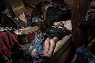 Duncan, 64 ans, dans sa chambre qui lui sert d'entrepôt pour ce qu'il récupère dans la rue.  Avril 2017.