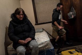 Rose et Yvette ont rouvert une chambre pour que Karen, 50 ans, y dorme gratuitement. La fenêtre est condamnée. Les deux sœurs sont censées ne plus accepter personne, mais Karen n'a nulle part où aller. Le beau-fils de Rose nettoie la chambre. Karen est arrivée au Gatwick pour la première fois il y a 15 ans. Le Gatwick est devenu sa «seconde maison».  Mai 2017.