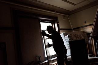 La salle qui servait de salon, puis de débarras, est condamnée pour éviter toute intrusion. L'équipe va continuer à travailler jusqu'à la fermeture en Juin.  Mai 2017.