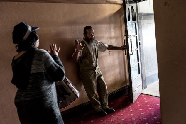 Allan demande à une personne extérieure de sortir. Elle a été surprise à plusieurs reprises en train de taguer à l'intérieur du Gatwick. Quelques heures après, elle parviendra à entrer de nouveau.  Avril 2017.