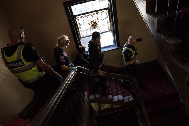 Deux policiers accompagnent une ambulancière. Le SAMU local ne rentre plus au Gatwick sans escorte policière. La police vient presque tous les jours au Gatwick.  Mars 2017.