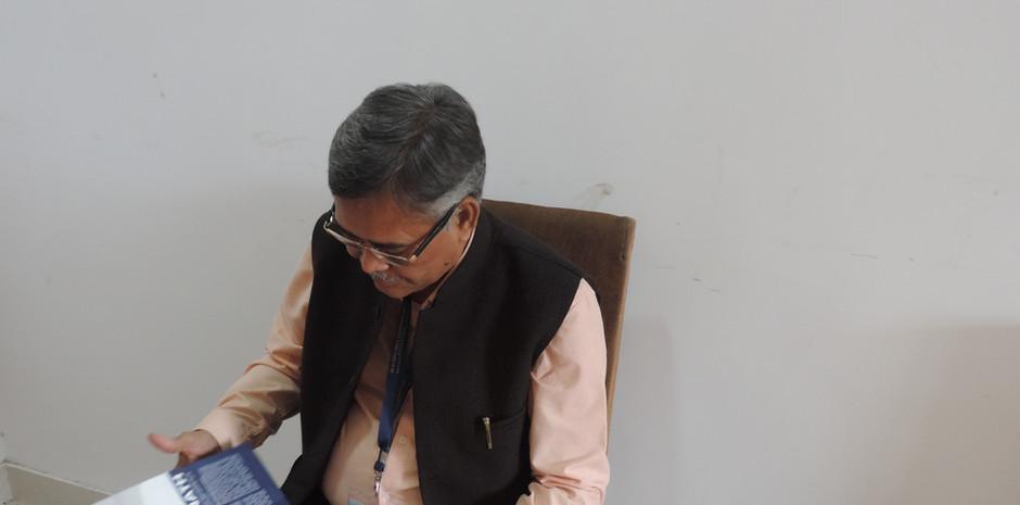 Mr. Jawahar Karnawat Chief General Manager, Bank of Baroda scrolling through Blub World Magazine