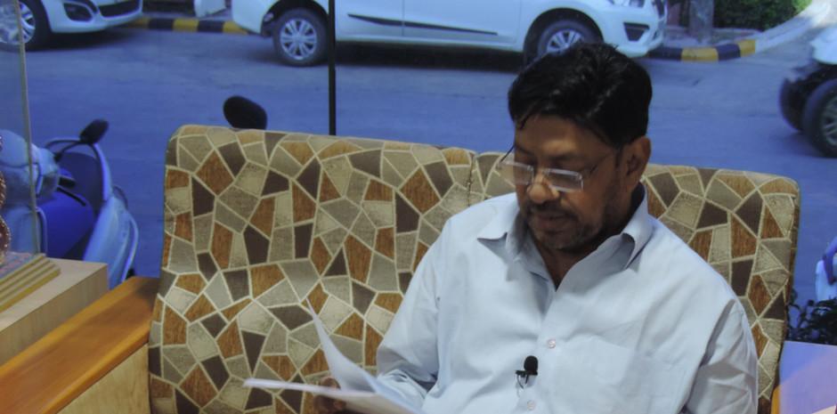 Mr. Rajeev Ranjan Nag, President, Indian Working Journalists Federation scrolling through Blub World Magazine
