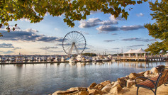 Take a spin on the Capital Wheel in Marland. Soar 180 feet above the Potomac River and experience incomparable waterfront views of DC, Maryland and Virginia. Then spend the evening exploring National Harbours lively restaurant scene, attractions, and buzzing nightlife.