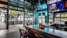 Discover the best of Scottsdale nightlife in Old Town! These walkable neighbourhoods are home to more than 100 of the city's best restaurants, craft cocktail bars, swanky lounges and high-energy nightclubs. You'll even find a high-tech bowling alley and chic pool parties where the locals go to see and be seen.