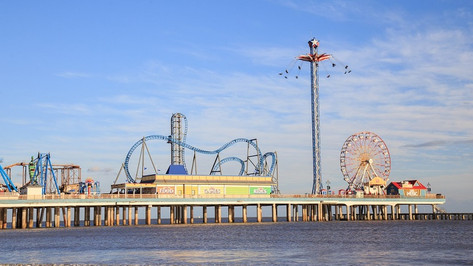 Only an hour's drive from Houston lies Galveston Island. Here you can explore 32 miles (51km) of beautiful beaches, enjoy some good old-fashioned seaside entertainment at the Pleasure Pier, and marvel at the historic homes in the downtown area. Finish the day off with a stroll along Seawall Boulevard and dinner at one of the many restaurants.