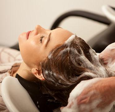hermosa-mujer-teniendo-su-cabello-lavado