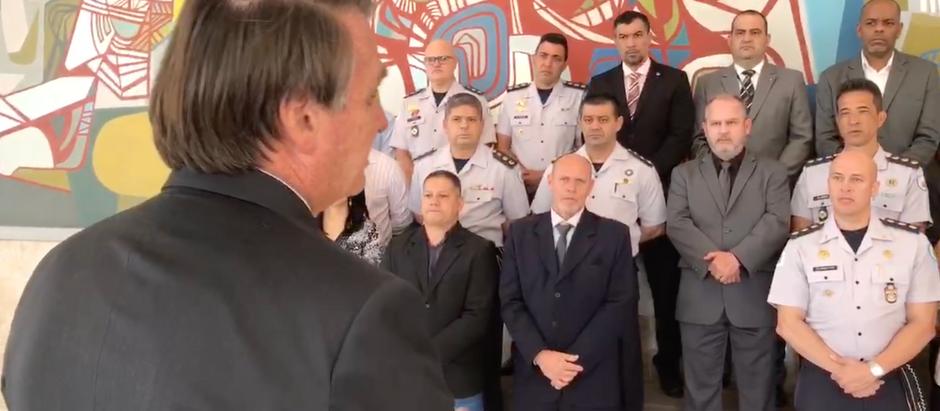 Presidente Bolsonaro recebe visita e homenagem da PPMM-DF