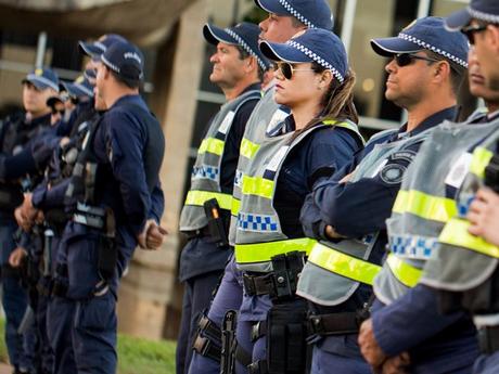 Bolsonaro sanciona lei que pavimenta reajuste de policiais e bombeiros