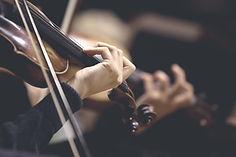 バイオリンの弦の女の子の手