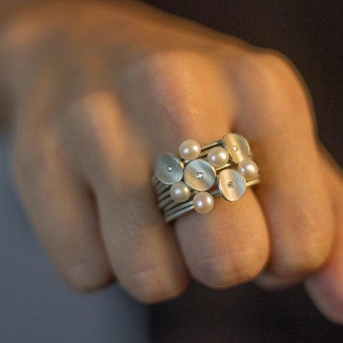 Anel Pétalas mini com diamante + Anel Leve com pérola biwa