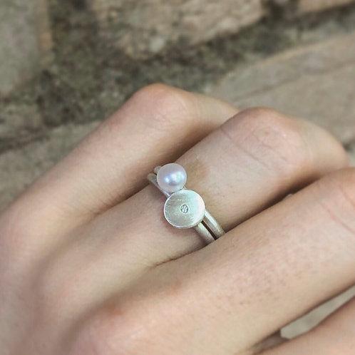 Anel mini Pétalas com diamante + Anel Leve com pérola biwa