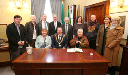 09 Lord Mayor Des Cahill & Rosemary O'Neill at the signing of the Visitors Book surrounded by family
