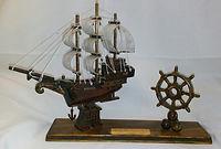 Barco de madera con timón