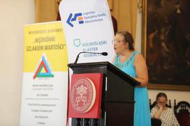 Pani Halina Fiećko, aktorka, czyta prace literackie.