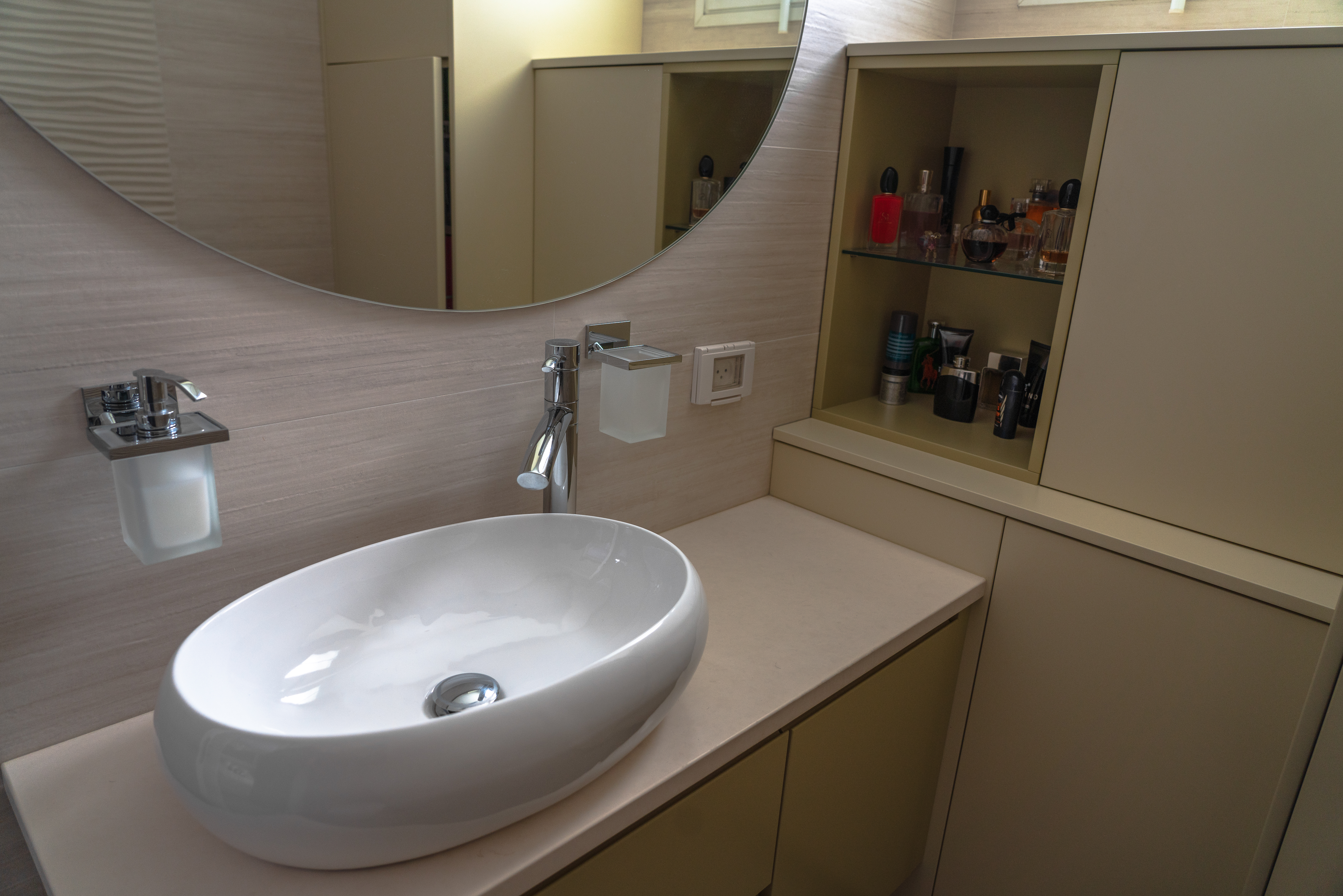 Oval sink with round mirror
