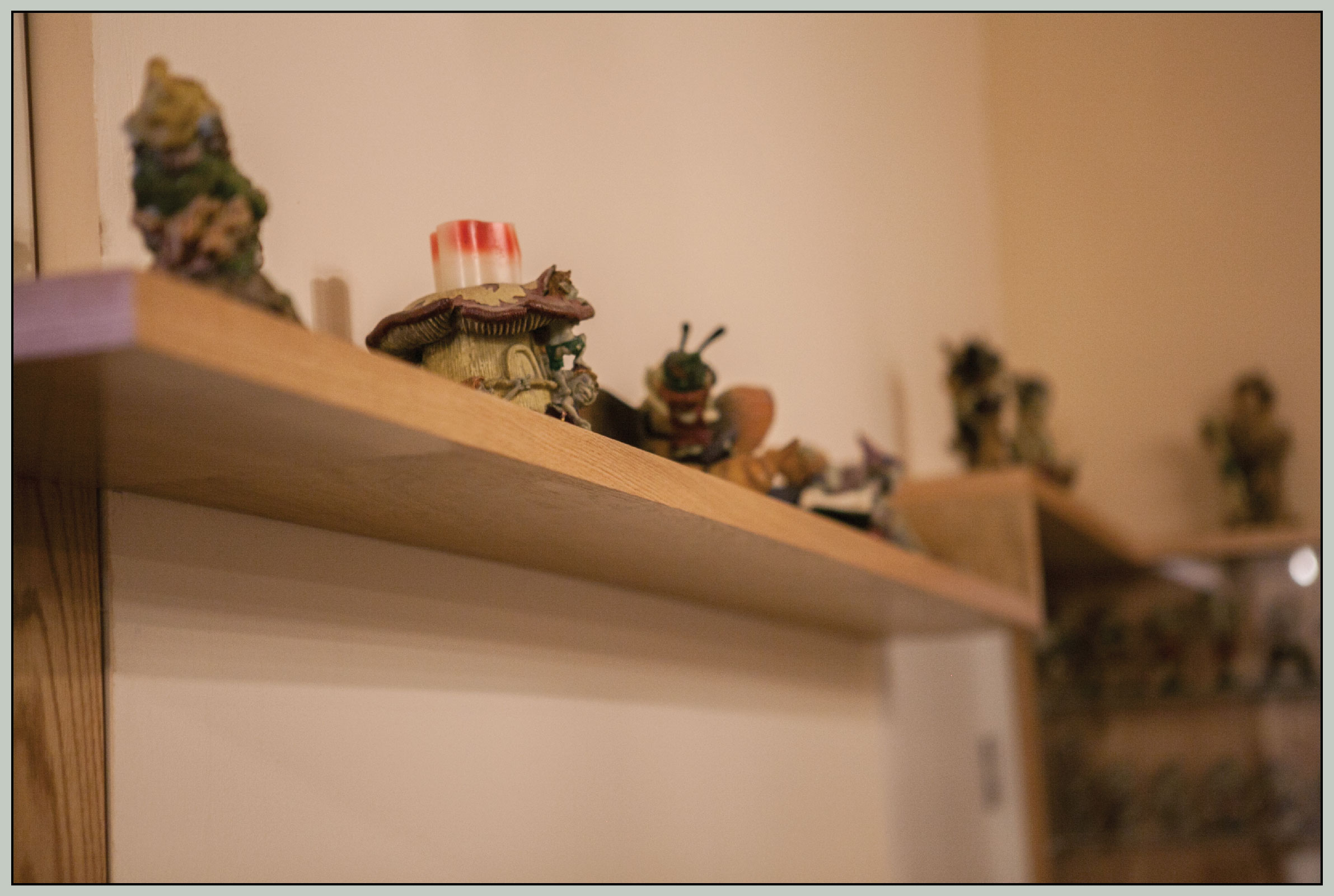 Decorative shelf with figurines