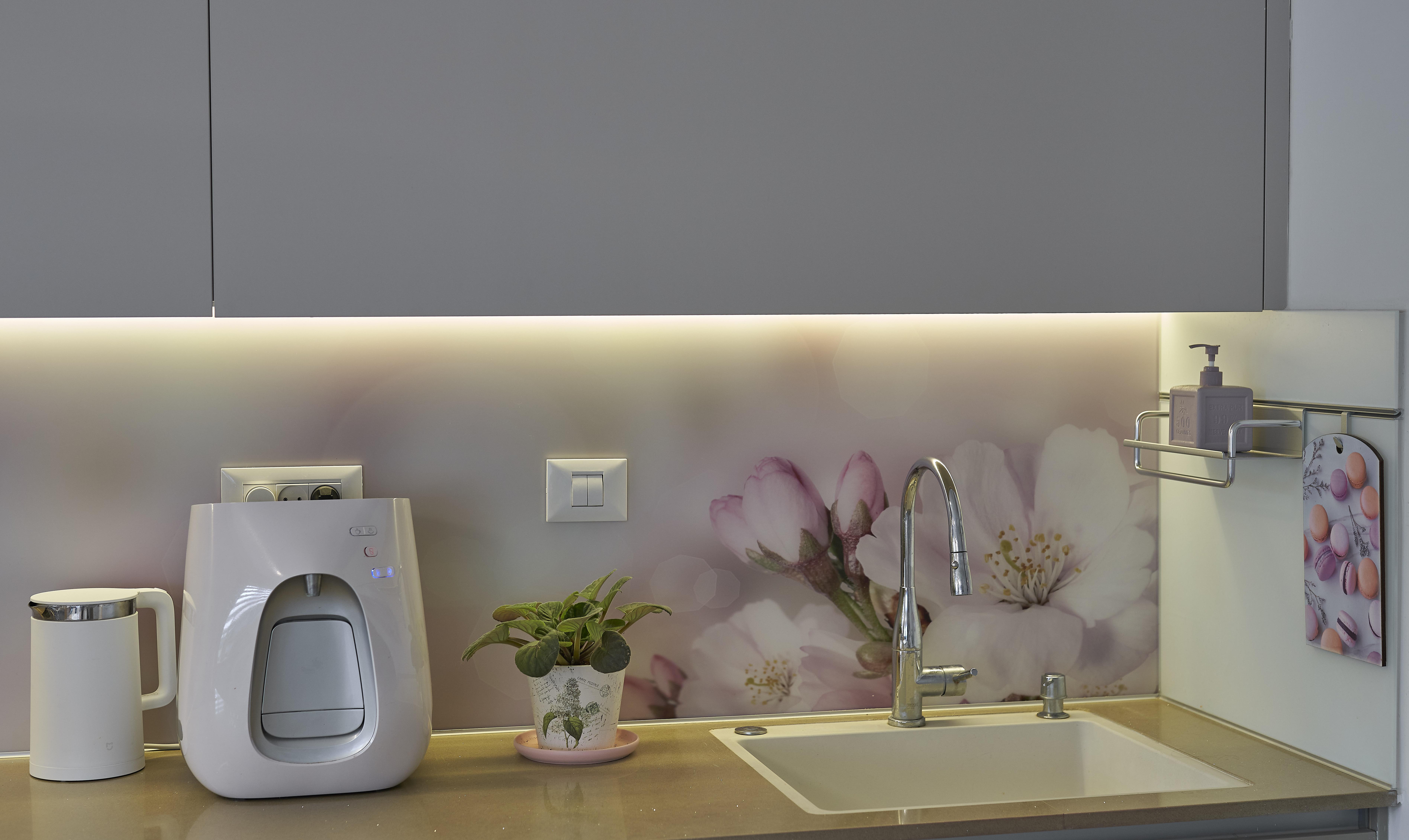 Glass cladding in kitchen design, חיפוי קיר בעיצוב מטבח