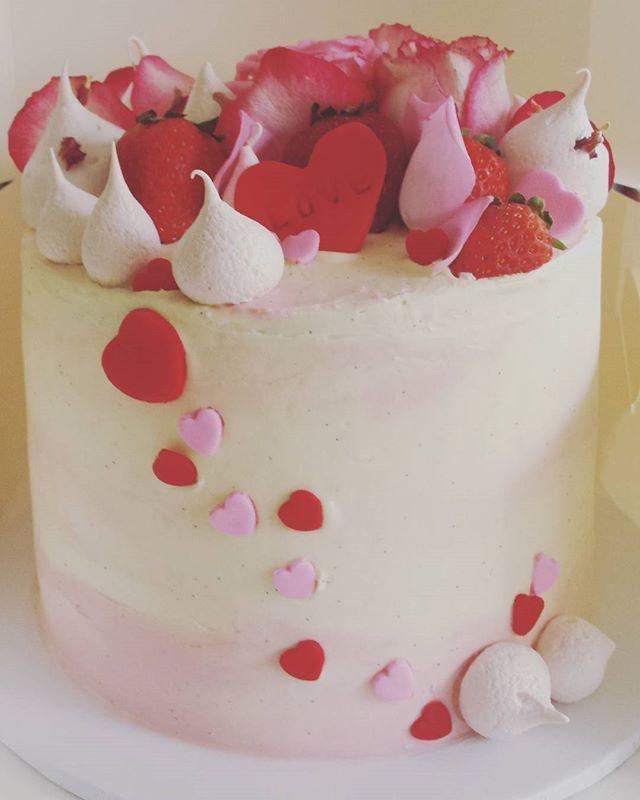 Happy Valentines Day! 💕💕💕 #valentinesday #cake #cakeforyourvalentine #cakesbyheidi.com