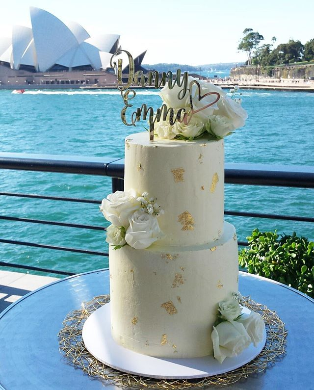 Last order for the weekend done! The brief for this cake was fresh flowers, white & gold and city el
