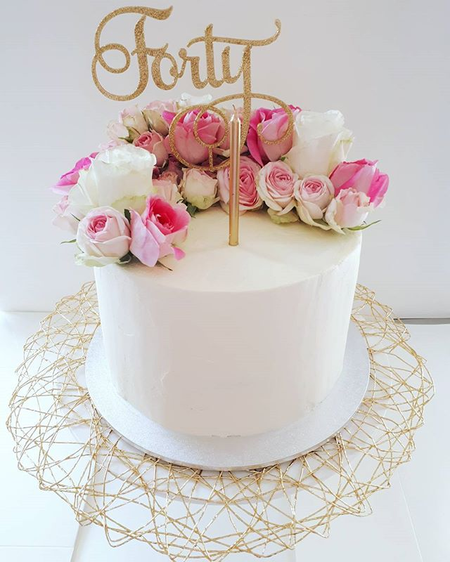 I ❤ fresh flowers on cakes! Salted caramel mudcake for this pretty 40th birthday cake