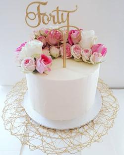 I ❤ fresh flowers on cakes! Salted caramel mudcake for this pretty 40th birthday cake