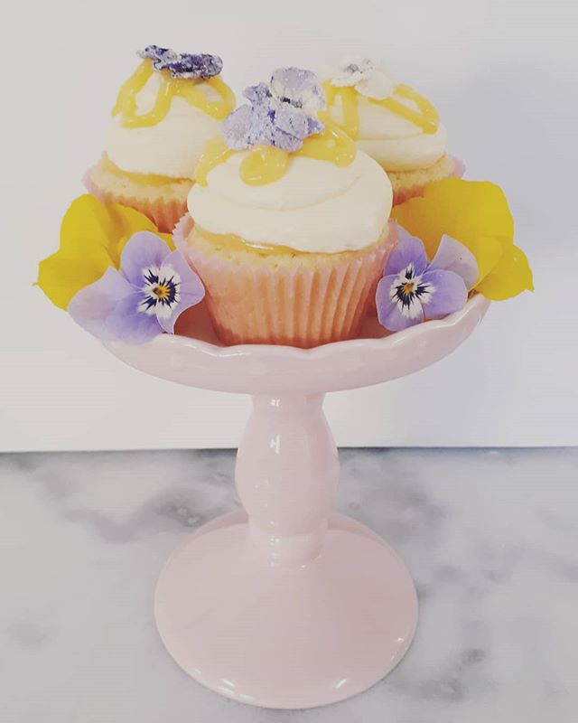 Mini lemon curd cupcakes with crystalise
