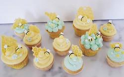 BEE CUPCAKES! #vanillacupcakes #bees #be