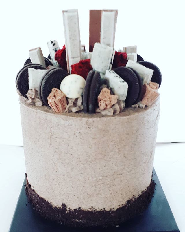 Red velvet cookies and cream #redvelvet #cookiesandcream #16thbirthdaycake #loadedcake #redvelvetcak
