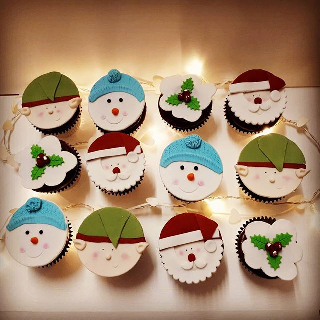 Christmas is coming!!! (Way too fast!) #christmas #christmascupcakes ##cakesbyheidi  #chocolatechris