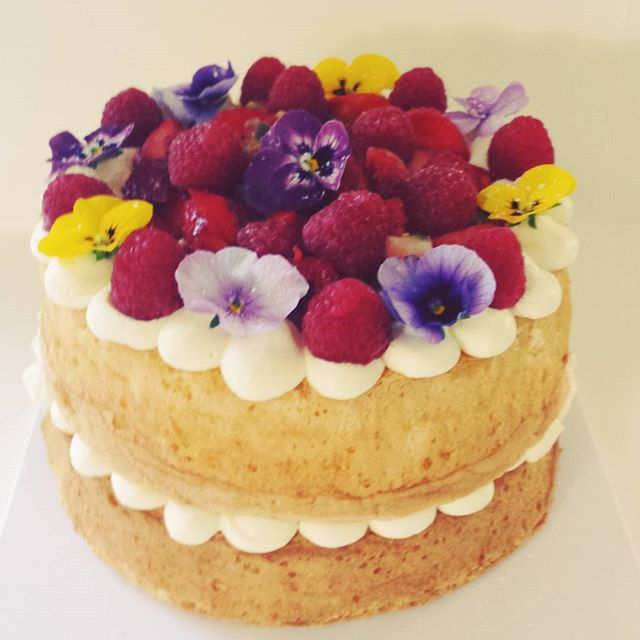 First cake of the weekend #spongecake #freshberries #pansies #cakesbyheidi #baking #sydneycakes #cre