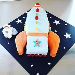 And matching rocket cake! Swipe for blas
