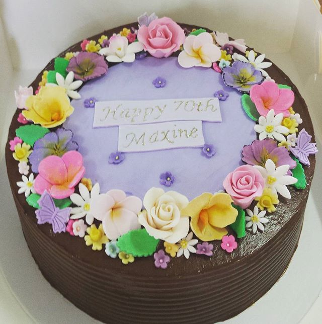 Dark chocolate cake with dark chocolate buttercream and sugar flowers 🌸🌹🌺 #cakesbyheidi #sugarflo