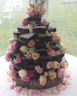 Here is the finished brownie wedding cake...🙌🙌🙌 #browniestack #browniewedding #brownieweddingcake
