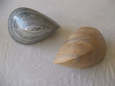 Oloide aus Trigasch-Marmor und indischem Sandstein