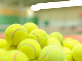 Pile av tennisbollar