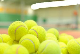 Stapel von Tennisbällen