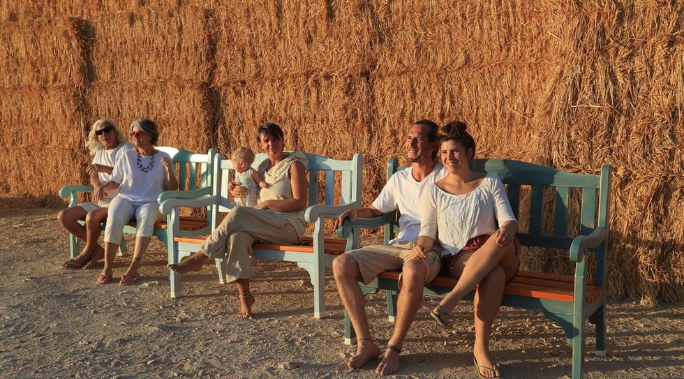 אנשי סמר על ספסל השקיעה המושלם שמייוצר בהזמנה בנגריית הבוטיק של נגריית סמר