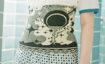「ほぼ日ハラマキ」の夏の新作は、タナカカツキさんデザインのサウナをモチーフにしたデザイン。サウナ以外でも心地よく体をあたためてくれるアイテムです。