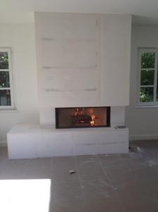 Installation d'un foyer à bois Moderne avec coffrage design