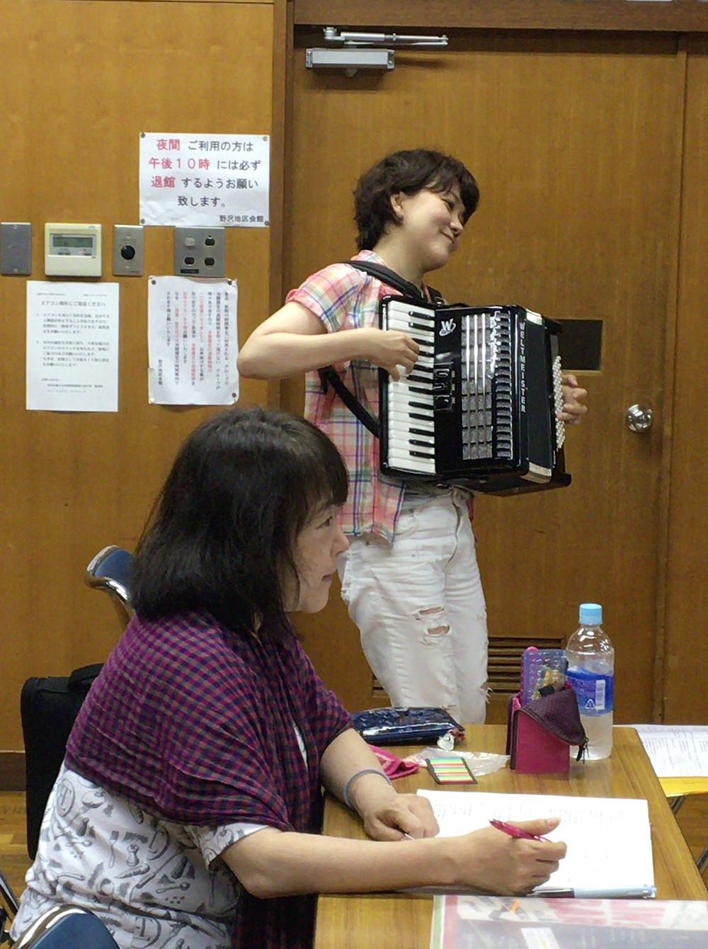 アコーディオンの王子菜津子さんと演出家の本藤起久子さん。