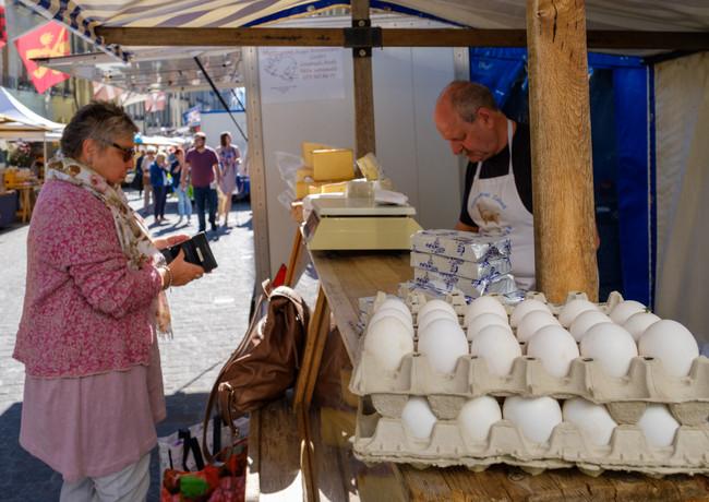 Frische Eier von glücklichen Hühner...