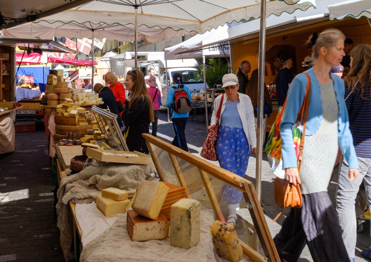 breitgefächertes Käsesortiment am Samstags-Wochenmarkt, Münstergasse